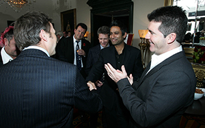 Mingling magician Mark Cairns with guests image 3
